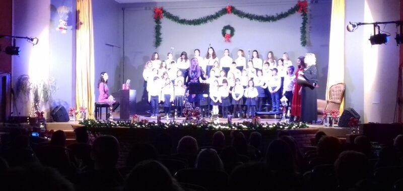 Στην κατάμεστη Παπαχαραλάμπειο αίθουσα εκδηλώσεων η Μικτή χορωδία Ναυπάκτου και η Δημοτική παιδική χορωδία έδωσαν Χριστουγεννιάτικη συναυλία.