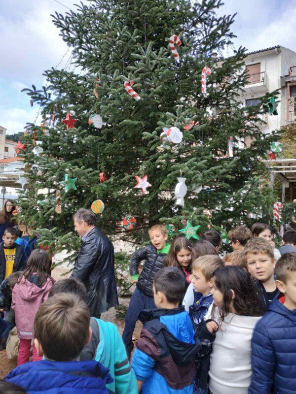 στολισμός-χριστουγεννιάτικου-δένδρου-1ο-Δημοτικο-ναυπακτος-τοπική-κοινότητα